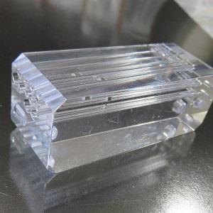 透明アクリル樹脂への細穴加工品:直径1.5mm × 深さ50mm
